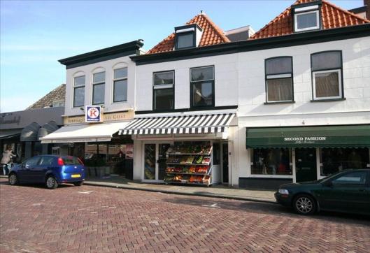 De situatie in 2012: v.l.n.r. Bloemenhof (Raadhuisstraat 98), slagerij van der Geest (94), Al-Baraka slagerij (92) en Jelly's Boutique; second fashian (90)