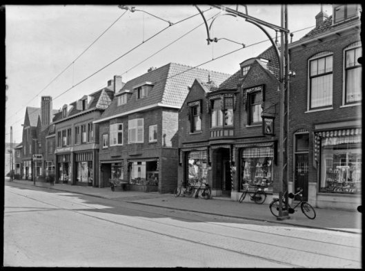 Raadhuisstraat 8-10 op een foto uit 1932 (NHA)