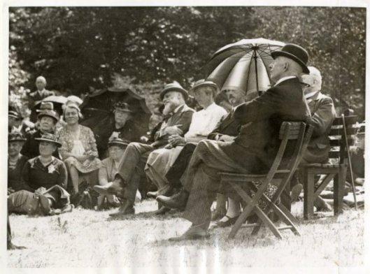 Zendingsfeest op Raaphorst in Wassenaar, 1937. In het midden met baard is minister Slotemaker de Bruïne (Haagse Beeldbank)