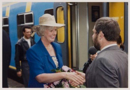 Burgemeester mw.N.H.van den Broek-Laman Trip begroet door voorlichter Cees Raateland op het station Heemstede-Aerdenhout, 20-7-1993.