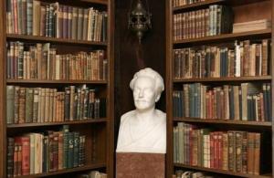 Deel van bibliotheek Karl May in Radebeul met borstbeeld van de schrijver
