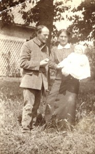 Op 12 april 1913 huwde George van Raemdonck Adriana en 21 februari 1914 is hun eerste dochtertje geboren, waarna het gezin, zoals veel Belgen, vluchtte naar Nederland en in 1916 is de tweede dochter Anna geboren.