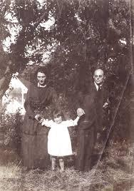George van Raemdonck met zijn echtgenote en oudste, in 1914 geboren dochter nabij Bronstee in Heemstede