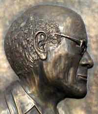 Bronzen gedenkplaat in 2009 onthuld aan het huis in Boechout waar George van Raemdonck heeft gewoond (foto Jany Mudde)