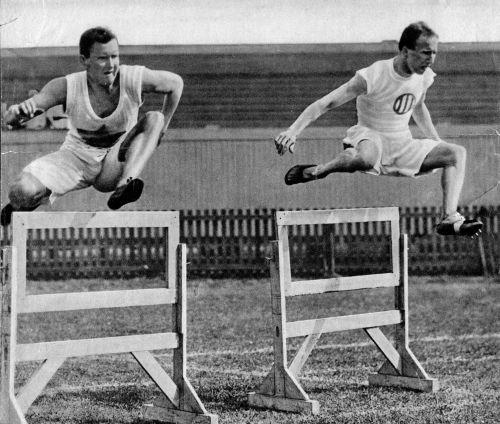 Oscar Emile van Rappard (lid HBS-Den Haag) hier links in 1918 toen hij tweede werd bij 110 meter horden na Rien van den Heuvel (Sparta Rotterdam) rechts op de actiefoto.
