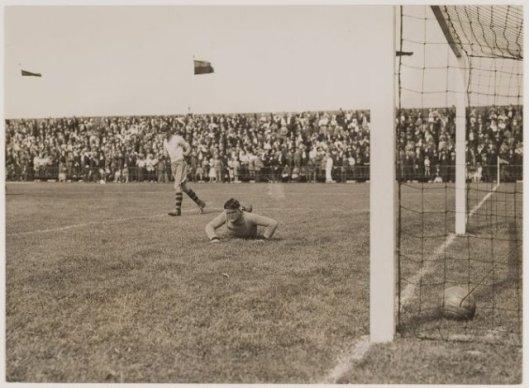 Spelmoment RCH-Ajax in 1932 waarbij de doelman van Ajax 9 keer werd gepasseerd.