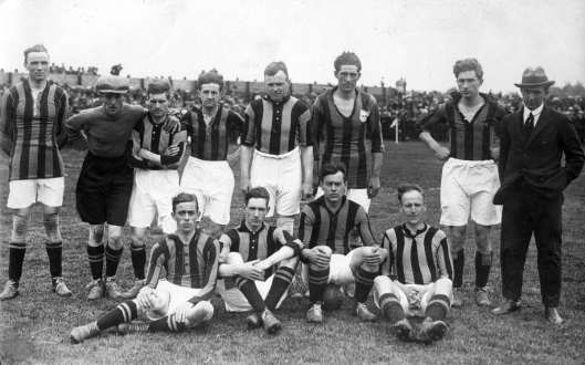 Door in de laatste wedstrijden van het voetbalseizoen werd RCH landskampioen. Foto van de kampioenen Staand v.l.n.r.: F.Nieuwenhuis, D.Radsma, N.Koning, J.Geutskens. W.Hazevoet, Peer Krom, F.Nachtegelier en J.W.Julian. Zittend: J.Kuyt, N.van Sam, R.Roelfsema en N.Boekelaar (Het Leven, 1923)
