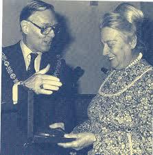 Burgemeester Jan Reehorst reikte in 1981 de Jos de Klerk-penning uit aan de Heemsteedse zangpedagoge Coby Riemersma