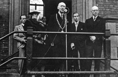 Waarnemend burgemeester van Haarlem M.A.Reinalda leest op 8 mei 1945 de proclamatie van bevrijding voor van koningin Wilhelmina op het bordes van het stadhuis