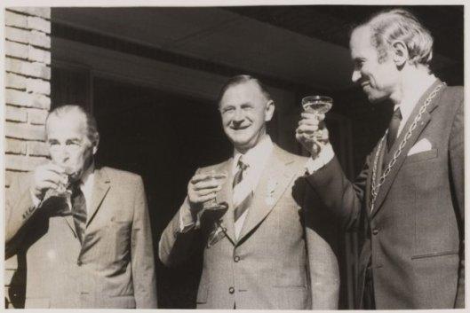 V.l.n.r. de heren Rhodius, Van Wieringen en burgemeester Quarles van Ufford, 1974 (NHA).