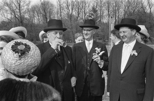 De Amerikaanse ambassadeur in Nederland John S.Rice na opening van de Linneaushof, 21 april 1964