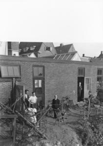 De op 15 mei 1945 gearresteerde burgemeester Van Riesen achter de garage van Van Lent in de Raadhuisstraat, bewaakt door leden van de Binnenlandse Stijdkrachten
