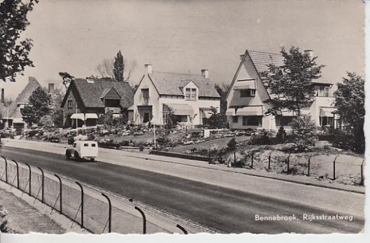 Ansichtkaart van de Rijksstraatweg in Bennebroek uit omstreeks 1950