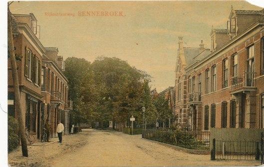 Rijksstraatweg Bennebroek met rechts het gemeentehuis