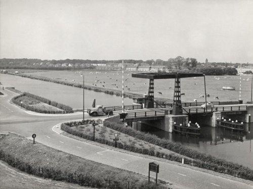 Brug over de Ringvaart vanuit Haarlemmermeer/Cruquius richting Heemstede met in de verte de kerktoren van de O.L.V.Hemelvaartkerk