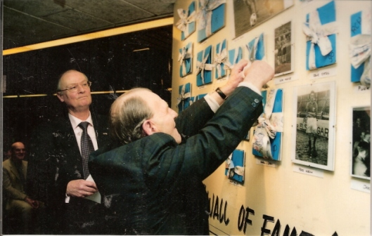 Voorzitter Rinus Dinkelman en vooraan oud-voetballer Loek Biesbrouck bij de opening van het RCH-museum in Heemstede op 14 maart 2001.