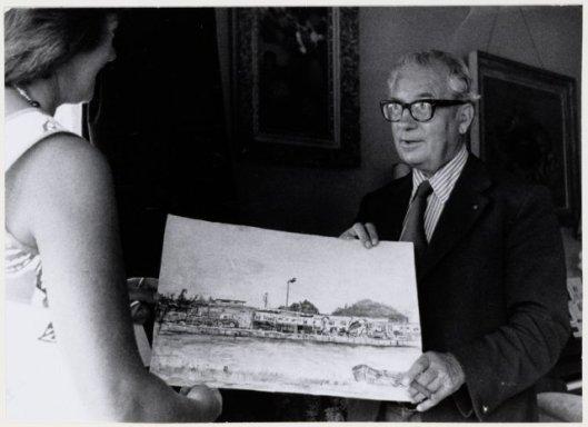 Journaliste en kinderboekenschrijfster Mia Robé (Maria Boer-Slieker) overhandigt een prent bij het afscheid van mr. O.R.van Wijk als wethouder van Heemstede in 1978