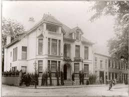 In 1921 op de hoek van de Kamperlaan en Kleine Houtweg aangekochte villa + naastgelegen pand door de Zusters Franciscanessen van Salzkotten.