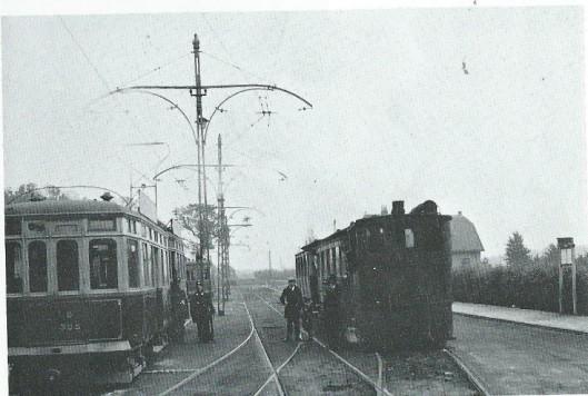 Stoomtram en elektrische tram bij het eindpunt Groenendaal-zwemvijver in 1930. De locomotief was in 1884 vervaardigd doo de machinefabriek 'Breda', vh. Backer en Rueb en deed sinds 1926 dienst op de lijn Heemstede-Leiden vice versa. De vier-assige aanhangwagens van de eletrische tram waren speciaal aangeschaft voor de dienst Schoten (Soendaplein) naar Heemstede