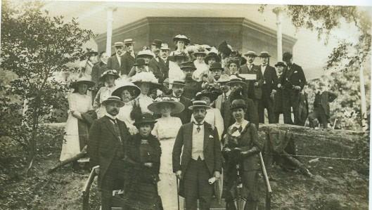 Burgemeester van Lennep, vooraan tweede van rechts met stohoed en een aantal genodigden bij de opening van het wandelbos Groenendaal, 17 juli 1913.