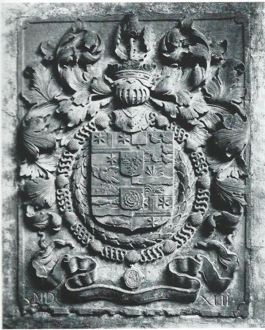 Deze wapensteen met vlakgehakt schild bevond zich op het terrein van het Oude Slot te Heemstede en is sinds de jaren 50 van de vorige eeuw spoorloos. Uitgebeeld is het samengesteld geslachtswapen van Adriaan Pauw onder een gekroonde helm. Zes kwartieren + twee hartschilden (drie lelies = Frans onderscheidingsteken en een roos = Engelse onderscheiding die Pauw had ontvangen). Onderaan het jaartal MDCXLII = 1652, het onderschrift ontbreekt. Zes kwartieren: 1 en 6 het wapen van Adriaan Pauw, 2 van Heerlijkheid Heemstede,3 Heerlijkheid Hogersmilde, 4 Heerlijkheid Rietwijk en Rietwijkeroord, 5 Heerlijkheid Nieuwerkerk.