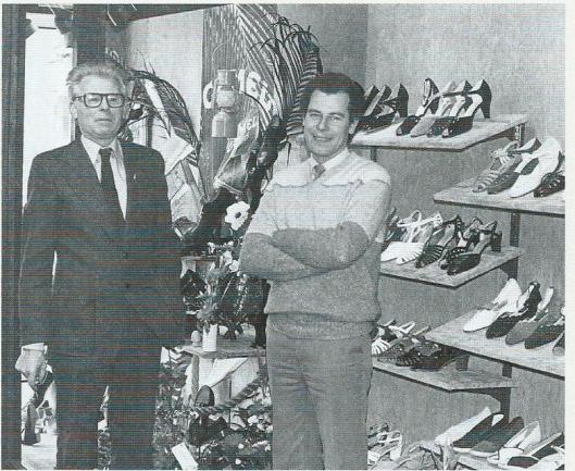 Links de heer Henk Driessen en rechts zijn opvolger als eigenaar van het Brabants Schoenenhuis Teun Verzaal