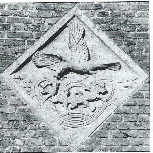 Gevelsteen  van H.A.van den Eijnde  op de gevel van de Crayenesterschool uit 1938, het jaar dat de school is geopend (foto V.C.Klep)