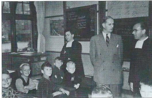 Burgemeester D.Thomassen à Thuessink van der Hoop van Slogteren (1910-1991), die van 1955 tot 1975 burgemeester was van Bennebroek, op bezoek in de Sint Franciscusschool.