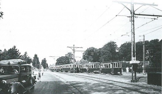 Drukte met elektrische tram op de Glipper Dreef nabij Sportparklaan, op een foto die juli 1945 genomen is. Op het bordje staat nog het Duitse 'Ortslazarett'', een richtingaanwijzer naar Meer en Bosch.