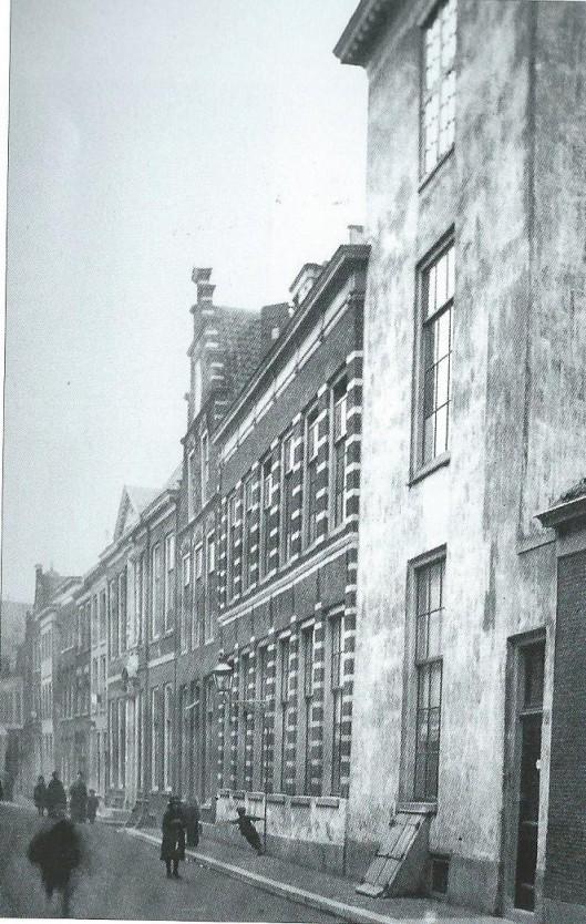 Het gepleisterde huis rechts op de voorgrond is nog een restant van de vroegere Bernardietenstins, ook wel stins van Colterman genoemd. De foto dateert uit circa 1885. Het gebouw werd in 1887 afgebroken.