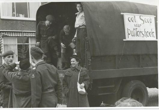 Militairen hielpen mee met de actie 'eet Soep voor Puttershoek'.