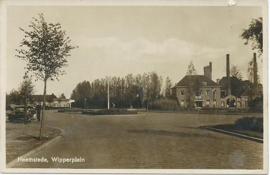Wipperplein in Heemstede met gebouw openbare werken, brandweerkazerne en de schoorstenen van de gemeentelijke gasfabriek op de achtergrond.