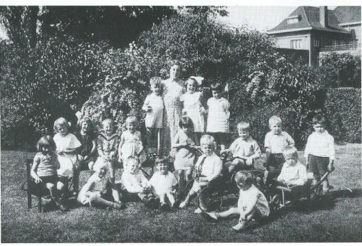 Een groepsfoto uit omstreeks 1933/1934 in de tuin van de Christelijke Kleuterschool aan de Lieven de Keylaan. Op de achtergrond rechts het oude postkantoor. Bovenste rij o.a. Henk Barger (zoon van de predikant G.A.Barger), Elsje Huizinga en juffrouw Truus van Teeseling. Middelste rij o.a. Dineke Toebes, Tom Corbeth, Janny Vollenga, Jaap Smit en Gerard Luiting. Vooraan o.a. The Jordens, Kopjes Nieman, Suusje van Nassau. Op de 'vliegende-hollander' Job (Jacob) de Ruiter, de latere minister van Justitie en defensie. Juffrouw Lien van Gelder, in 2014 100 jaar geworden was van 1944 tot en met 1979 hoofd van het voormalige 't Kleuterhuis aan de Lieven de Keylaan in Heemstede