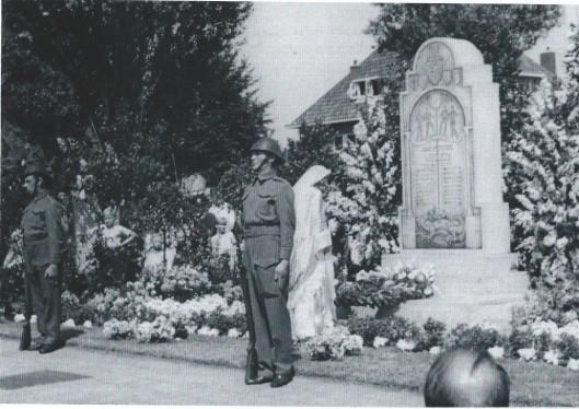 Voorlopig monument voor de gevallenen in Heemstede met erewacht, 1945