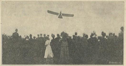 Tijdens de Koninginnefeesten in Haarlem en Heemstede hield de jeugdige aviateur Antony Fokker schitterend geslaagde vliegdemonstraties