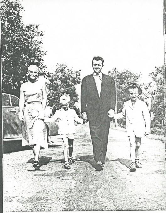 Cabaretier Toom Hermans woonde van 1954 tot 1958 in Bennebroek. Hier wandelt hij in de plaats met zijn vrouw Rietje en zonen Maurice en Michel (1954, R.Kuyper: Toon Hermans).