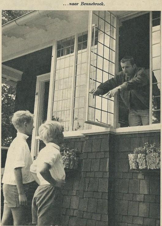 Ton Hermans (1916-2000) roept zijn zonen naar binnen in Bennebroek (Kath. Illustratie, 1956).