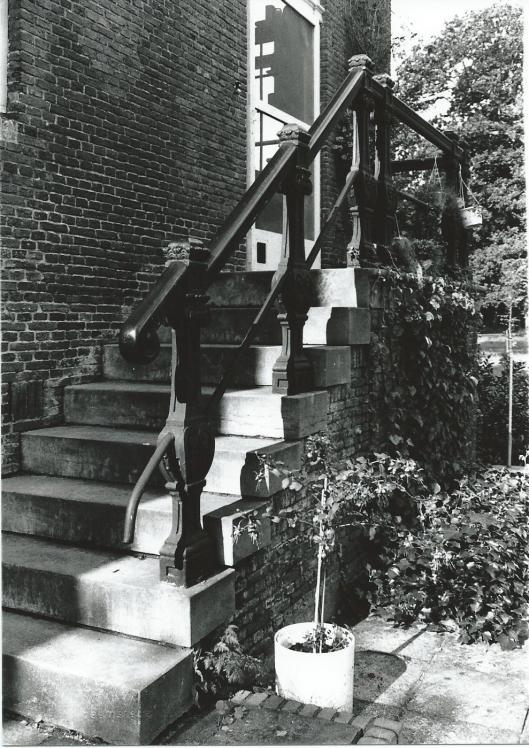 Trapje naar de huishoudelijke entree van huize Ipenrode (foto V.C.Klep)