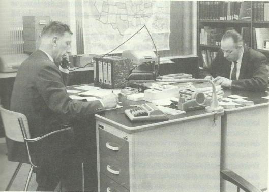 G.W. (Gert) Gijsbers (1916-1999), rechts aan zijn bureau in het antiquariaat te Arnhem en links zijn toenmalig compagnon Johan van Loon (1919-1999) (Uit; P.J.Buijnsters, Geschiedenis van het Nederlands Antiquariaat, pagina 215).