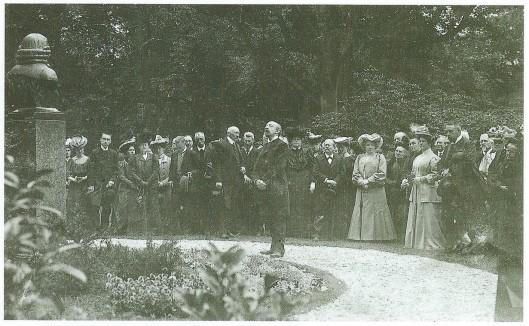 Plechtige bijeenkomst in 1907 bij gelegenheid van de 200ste geboortedag van Linnaeus. Na de onthulling van een borstbeeld gemaakt door W.M.Retera sprak o.a. de heer Greshoff.