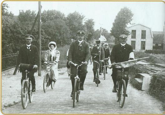 Een feestelijk gezelschap op 18 juli 1908 komende van Hillegom passeert Bennebroek bij gelegenheid van een fietstocht georganiseerd bij het 25-jarig bestaan van de ANWB.