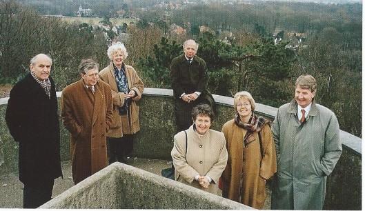 Foto van een aantal burgemeesters uit Kennemerland in Bloemendaal genomen na afloop van overleg betreffende de regiopolitie in 1986. V.l.n.r.: mr. J.J.H.Pop (Haarlem), J.van Houwelingen (Haarlemmermeer), mw. N.H.van den Broek-Laman Trip (Heemstede), M.R.van der Heijden (Zandvoort), mw. C.E.Dalhuizen-Polano (Bennebroek), mw. M.A.Berndsen (Beverwijk) en H.Kamphuis (Bloemendaal)