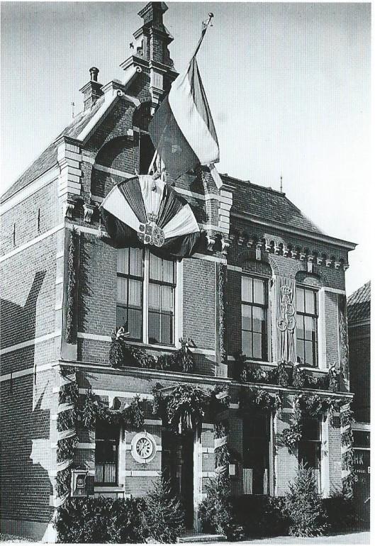 Versiering van het raadhuis van Bennebroek, Rijksstraatweg 27, ter gelegenheid van het huwelijk van prinses Juliana en prins Bernhard op 7 januari 1937.