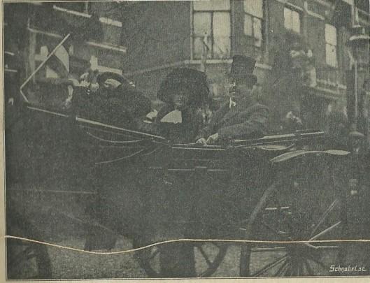 'De nieuwe burgemeester van Bennebroek met zijn echtgenote in feestelijken stoet bonnenrijdend, waar een talrijke menigte den heer en mevrouw van Schuijlenburch verwelkomde'. (Uit: Nieuwe Haarlemsche Courant, 11 november 1911).