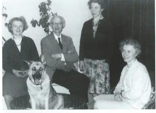 Manfred Pollatz en zijn drie dochters van links naar rechts Marianne, Rose en Inge. Foto uit 1954.