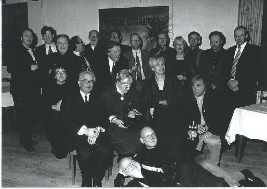 Tijdens een bijeenkomst van genootschap van 'Het Beschreven Blad' Rechts gezeten Hans Rombouts