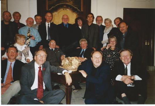 Bijeenkomst van 'Het Beschreven Blad' in de Hartenlust, Bloemendaal (2000). Vooraan rechts zittend Jan Keyser