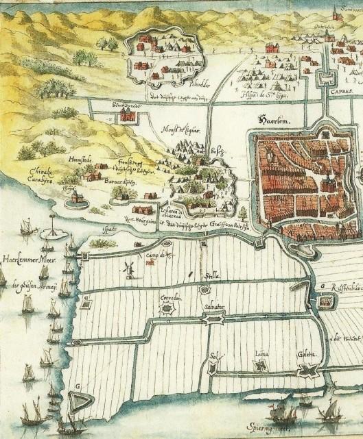 Fragment tekening van het beleg van Haarlem (rechts met omwalde muren) door Henry Masen uit 1572. Lnks van de stad Haarlemmerhout met een kampement van de Spaamse soldaten