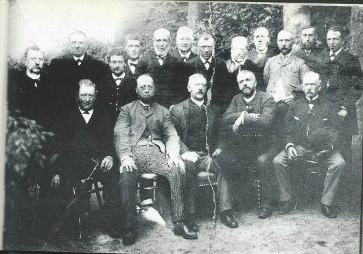 De Heeren- ofwel Burgersociëteit kwam voor de sociëteitsbijeenkomsten bij elkaar in het 'Wapen van Heemstede'. Deze oude foto dateert uit 1890. Zittend van links naar rechts zien we: J.van den Berg (landbouwer), J.Roest (loodgieter), J.Ph. Dolleman (burgemeester), mr.W.H.Smit (notaris) en D.Trik (gepensioneerd). Staande: C.L.C.F.Hees (gepensioneerd kolonel), A.van der Linden (landbouwer), W.A.van Amstel (aannemer), H.H.Höcker (molenaar), A.de Wilde (tuinbaas), L. Ppeperkorn (wasserijbaas), M.Vester (metselaar), Kamman (zonder beroep), H.Tibbe (schilder), Reijdon (bloemist). W.H.Hirdes (smit) en L.Zieren (metselaar).