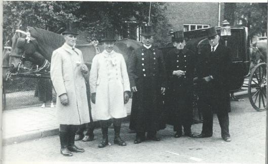 Van Schagen van 1890 was zo'n 60 jaar een befaamde stalhouderij in Heemstede. Op het vm. koetshuis staat: 'Traditie getrouw, bij traditie vermaard. Van Schagens koets, Van Schagens paard'. Op deze foto van weleer zien we van links naar rechts: Jasper van Haasteren, Floris van Schagen - bekend als de 'Lord' -, diens broer Nelis van Schagen, Jan Reinierse en Jaap Vernooij uit Bennebroek.